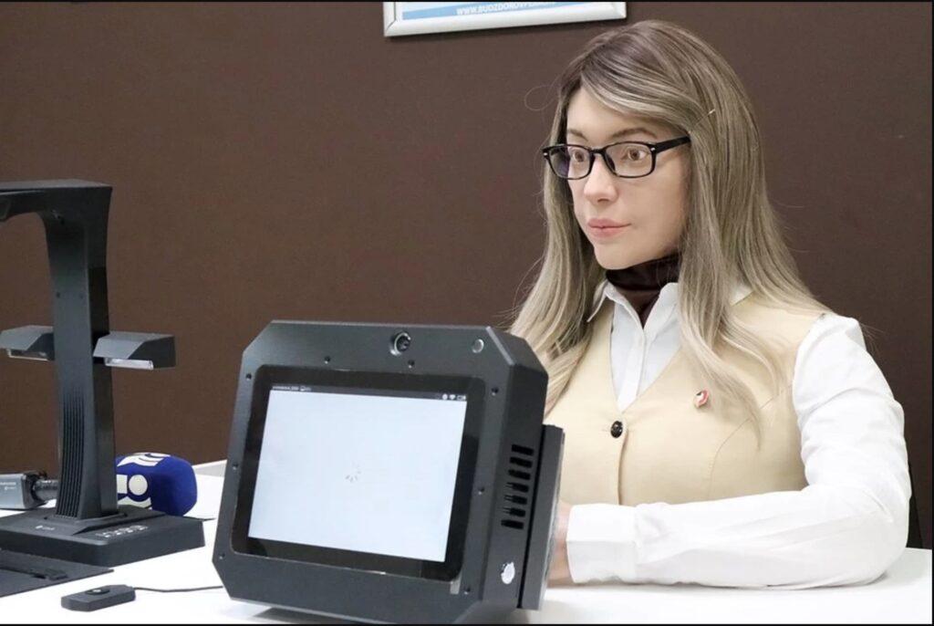 Девушка-робот в пермском МФЦ